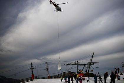 Indignación contra una estación de esquí francesa por llevar nieve con helicópteros